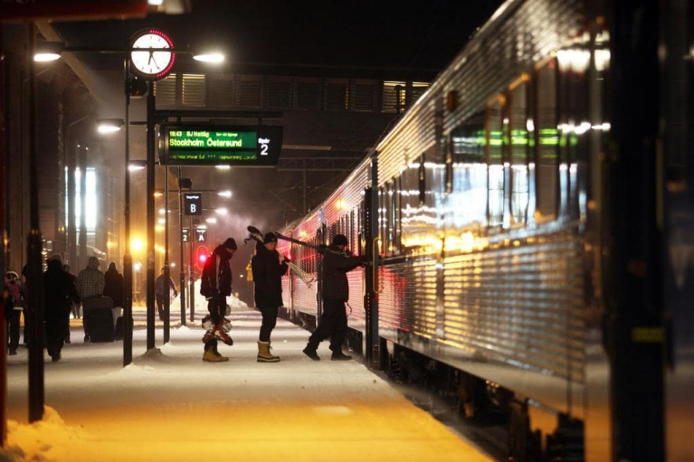 People boarding an SJ train